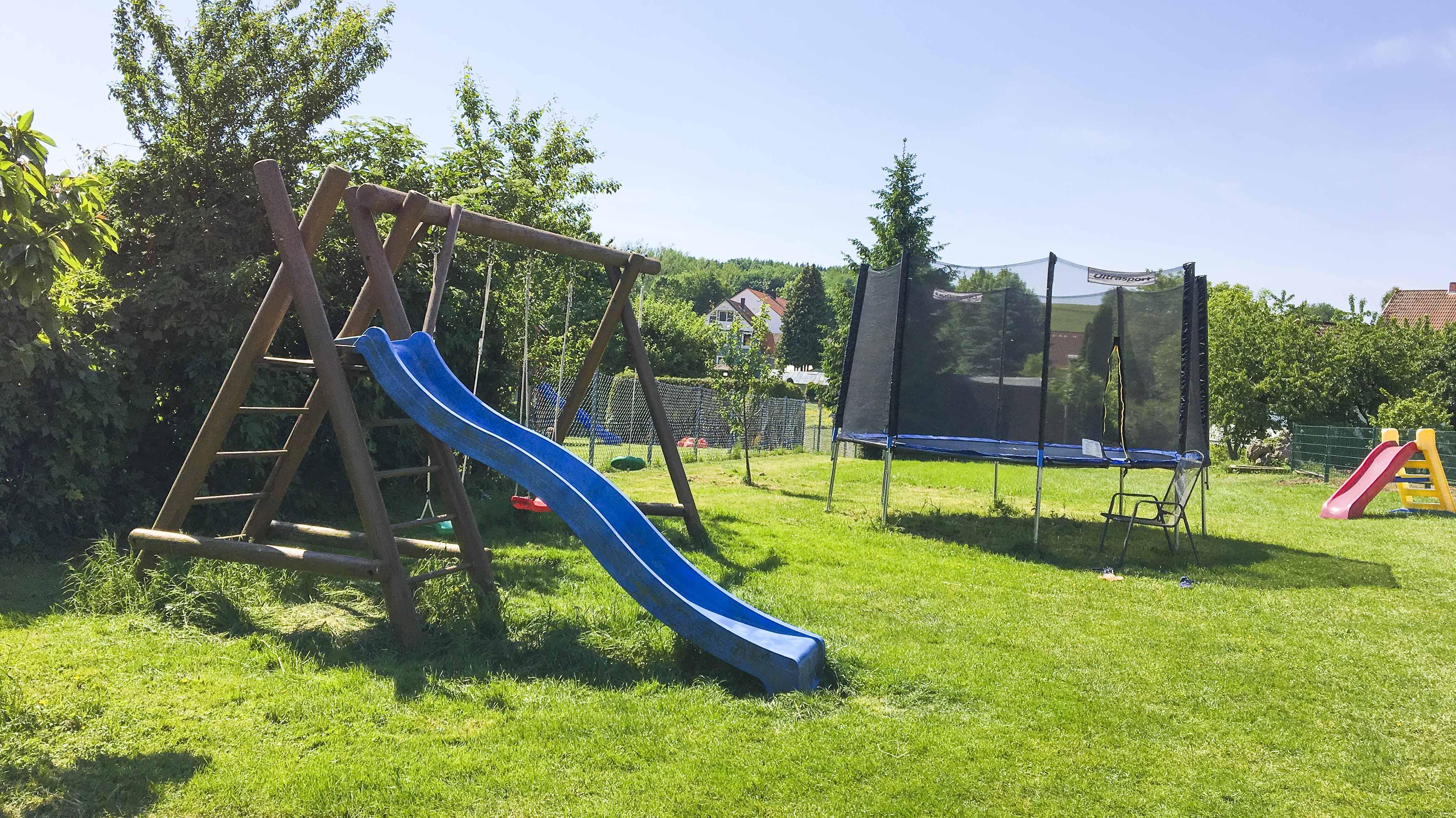 Ferienhof Morich - Garten mit Schaukel, Rutsche und Trampolin