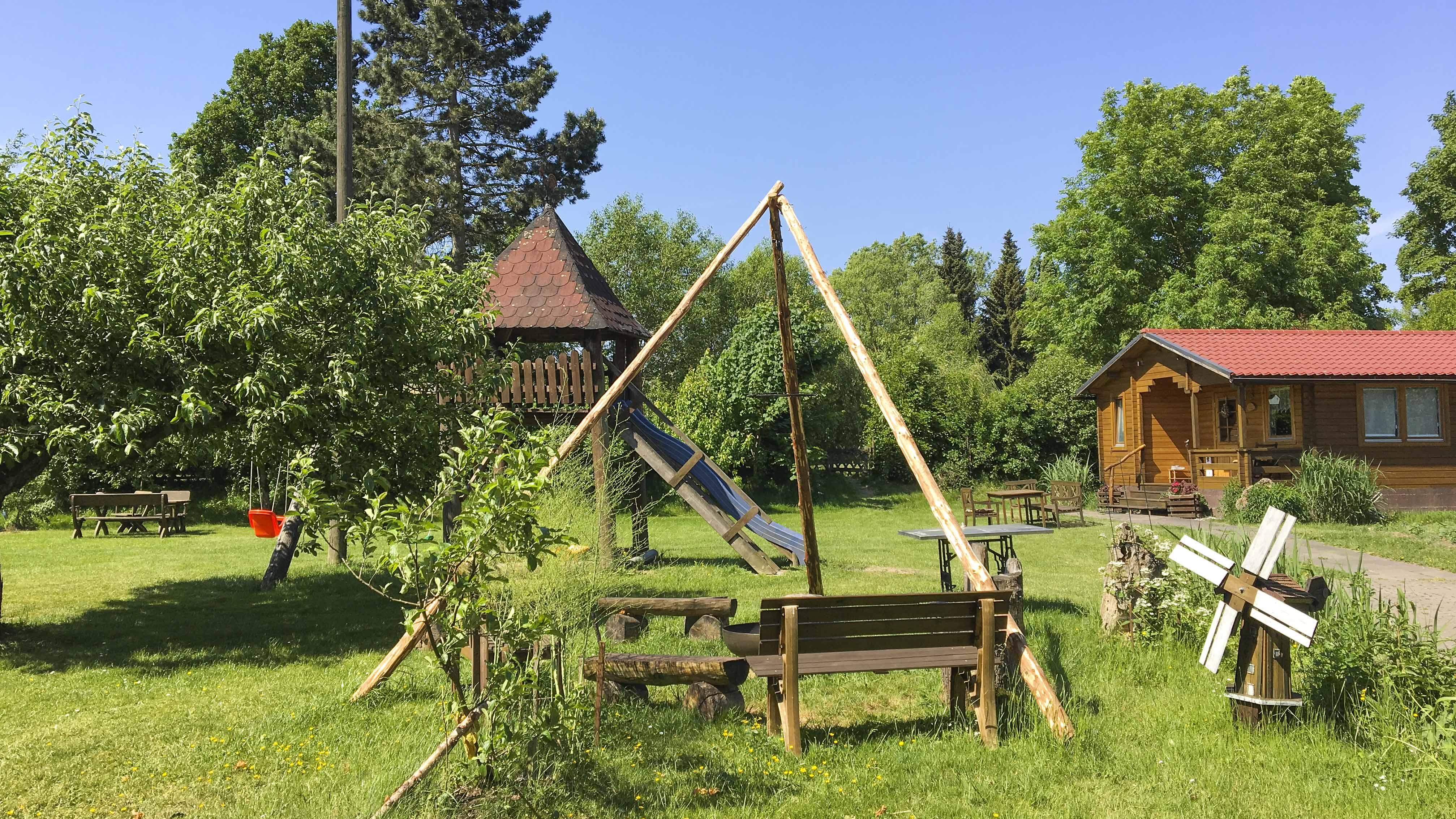 Ferienhof Morich - Garten mit Blockhaus Westersteine
