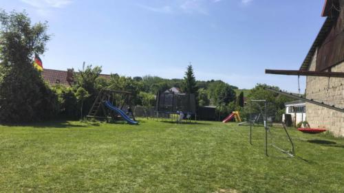 Ferienhof Morich - Garten mit Schaukel und Trampolin