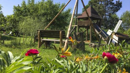 Ferienhof Morich - Garten mit Lagerfeuerstelle