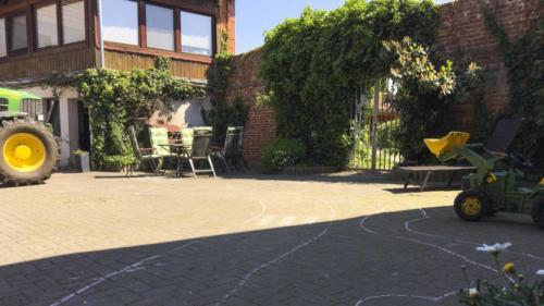 Ferienhof Morich - Innenhof mit Spieltrecker