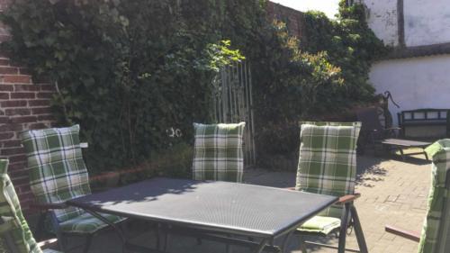 Ferienhof Morich - Innenhof mit gemütlicher Sitzecke